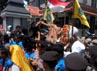 Para pendemo memanjat pagar kantor DPRD Situbodo. (Ghazali Dasuqi/detikSurabaya).