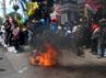Para pendemo juga membakar ban bekas di depan pintu gerbang DPRD. (Ghazali Dasuqi/detikSurabaya).