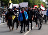 Para pendemo longmarch menuju kantor DPRD Situbodo. (Ghazali Dasuqi/detikSurabaya).