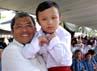Ahmad Heryawan menggendong salah satu anak disabilitas. (Gino).