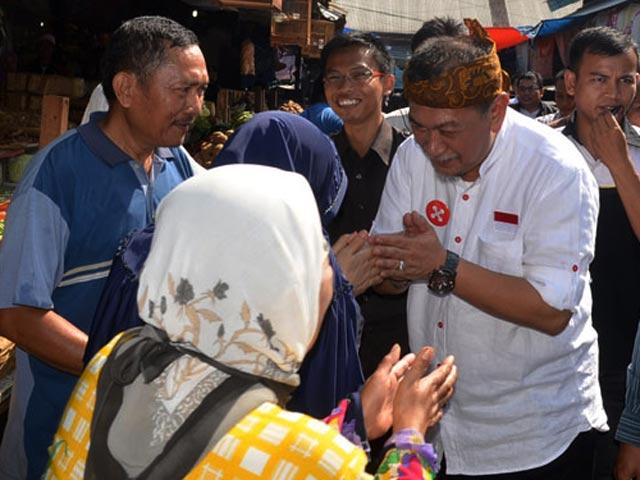Deddy Mizwar Diserbu Pengunjung Pasar Cikurubuk