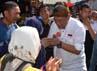 Deddy Mizwar yang merupakan cawagub Jawa Barat berpasangan dengan Aher (panggilan akrab Ahmad Heryawan ) bersilaturahmi dengan masyarakat Tasikmalaya. (Gilang Syam)