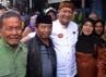Saat tiba di pasar induk Cikurubuk kota Tasikmalaya, Deddy Mizwar diserbu oleh pengunjung pasar yang berebut untuk menyalami dan meminta foto bersama. (Gilang Syam)