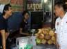 Cawagub Jabar Deddy Mizwar, tengah birbincang dengan sejumlah pedagang saat kunjungan ke Pasar Agung, Depok, Jawa Barat. Masyarakat dan pedagang pasar sangat antusias menyambut dan berdialog langsung dengan Deddy Mizwar. (Gilang Syam)