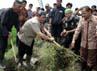 Dalam kesempatan tersebut Ahmad Heryawan menyempatkan membantu para petani membuat saluran irigasi. (Franki).