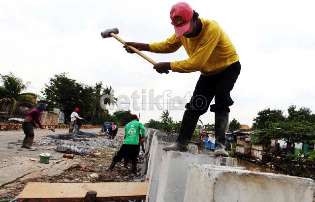 Pemasangan Turap Untuk Antisipasi Banjir