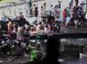 Warga mengungsi di kolong jembatan yang berada di perempatan lampu merah Cempaka Putih, Jakarta.