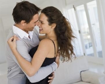 Dipeluk, Cara Terbaik Membuat Wanita Bahagia