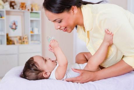 Ingin Bayi Cepat Bisa Jalan? Jangan Dipakaikan Popok