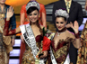 Malam grand final Pemilihan Puteri Indonesia 2013 juga dihadiri Miss Universe 2012, Olivia Culpo (kanan). Reuters/Supri.