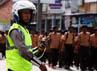 Anggota polisi dari Polres Serang mengatur arus lalu lintas yang tersendat karena adanya acara tersebut.