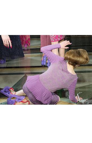 Foto: Saat Model Cantik Jatuh di Panggung Catwalk 4