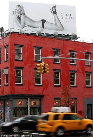 Kate Moss Pose Nyaris Tanpa Busana di Billboard Iklan Sepatu
