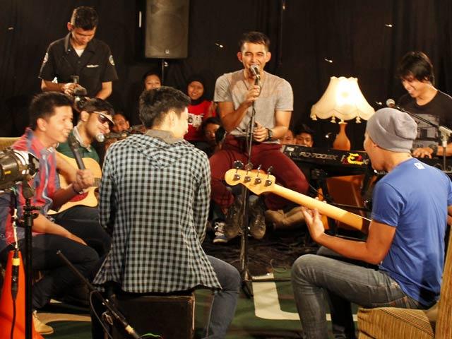 Lyla Band Tampil Akustikan di LIVECHATkustik detikForum