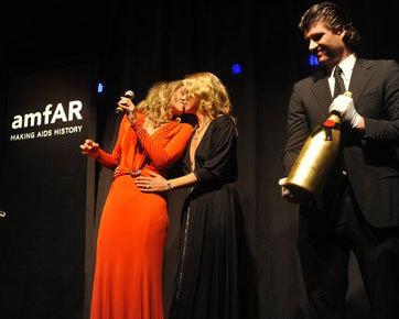 Kate Moss & Sharon Stone Lelang Ciuman Rp 521 Juta untuk Amal