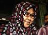 Sutiana Atika dikawal oleh koleganya saat keluar gedung KPK. Ramses/detikFoto.