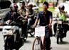 Aksi guru tersebut sempat mengundang perhatian para pengguna jalan.