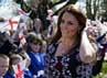 Disambut oleh ratusan anak-anak dengan bendera nasional Inggris, Kate tersenyum manis. REUTERS/Paul Ellis/POOL.