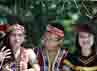 Para peserta mengikuti pawai dengan memakai pakaian adat masing-masing daerah. (Aloysius Jarot Nugroho).