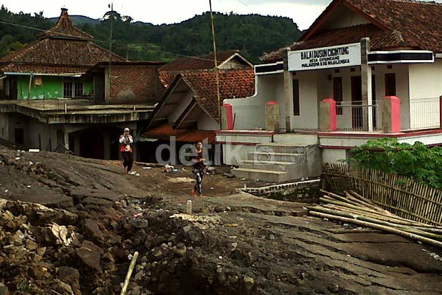 1 Kampung Rusak Parah Akibat Tanah Bergerak