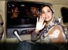 Ayu melambaikan tangan sesaat sebelum meninggalkan gedung KPK, Jakarta. Lamhot Aritonang/detikFoto.