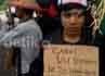Massa dari kelompok buruh menggunakan kostum toga sarjana dan menuntut pencabutan Undang-undang Sistem Pendidikan Nasional Nomor 20 tahun 2003.