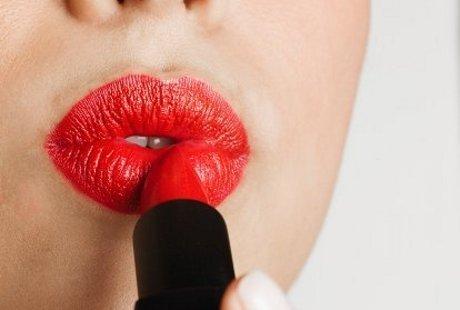 Maksud Hati Ingin Cantik Pakai Lipstik, Malah Kena Risiko Kanker