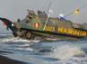 Dari bibir pantai Sekerat, Panglima TNI beserta rombongan menyaksikan langsung proses pendaratan Amfibi oleh pasukan pendarat dalam hal ini prajurit-prajurit Korps Marinir TNI Angkatan Laut dalam melaksanakan Operasi Amfibi, serta jajaran Yonif Linud 501/Brajayudha yang akan melaksanakan Lintas Udara (Linud). (Puspen TNI)