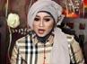 Sefti yang tampil cantik dengan kerudung abu-abu menjawab pertanyaan-pertanyaan wartawan.