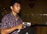 Ada juga seorang pria berbaju kotak-kotak yang membawa koper milik Bupati Mandailing Natal, Hidayat Batubara. Lamhot Aritonang/detikFoto.