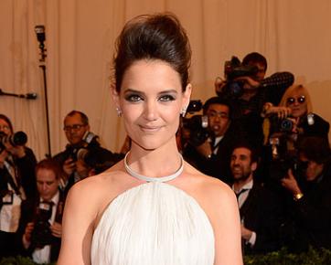 Katie Holmes Rayakan Perceraiannya dengan Tom Cruise dengan Membuat Pesta