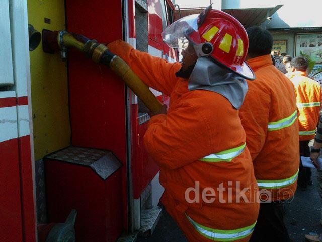Mobil Damkar Salurkan Air ke LP Tanjung Gusta