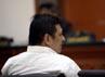 Freddy mendengarkan pembacaan vonis oleh mejelis hakim. Selain vonis mati, Freddy juga harus membayar denda sebesar Rp 10 miliar.