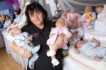 Ibu-ibu yang Lebih Suka Mengurus Bayi Plastik Ketimbang Bayi Hidup