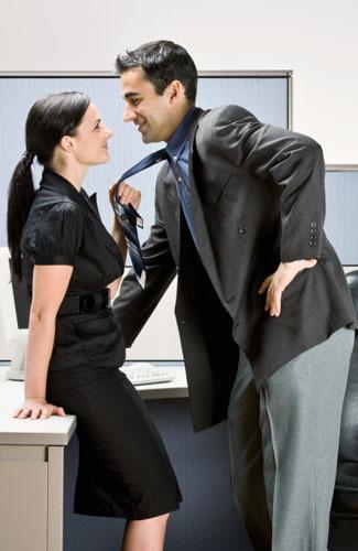 Секретарша соблазнила босса своими прелестями и оседлала твердый член
