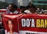 Ribuan aktivis yang berlangsung damai, tumpah ke jalan dengan membawa poster dan spanduk dalam aksi bertema Doa Bangsa untuk Wilfrida.