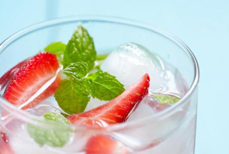Buah Dijadikan Infused Water atau Dimakan Langsung, Mana Lebih Sehat?