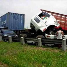 2 Kontainer dan Yaris Kecelakaan di Tol Cikampek