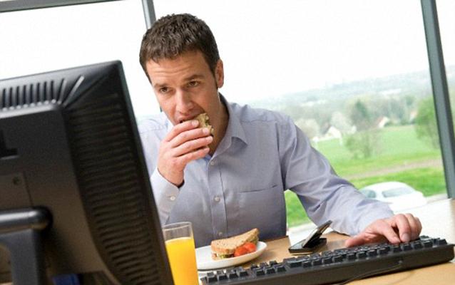 Karyawan yang Makan Siang di Meja Kerja Berpotensi Lebih Gemuk
