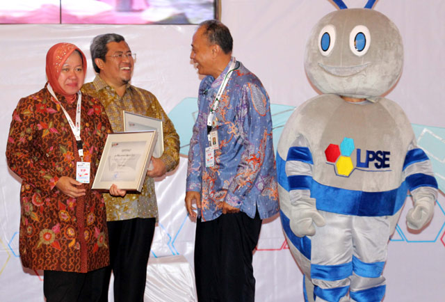 Ahmad Heryawan Raih E-Procurement Award