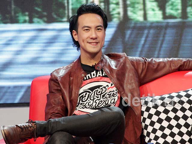Gaya <i>Cool</i> Daniel Mananta Berjaket Kulit