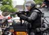 Anggota polisi unjuk kemampuan. (dok. Pemprov Jabar)