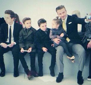 Foto: Kompak! Beckham & Anak-anaknya Nonton Fashion Show Victoria