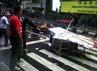 Massa membakar gerobak pedagang dan sebuah sepeda motor dalam simulasi pengamanan Pemilu 2014.