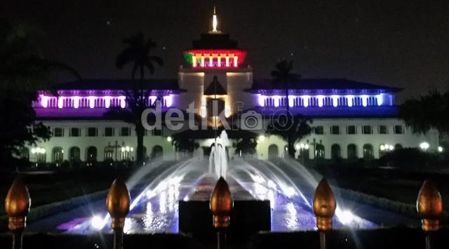 Lampu Warna-warni Percantik Gedung Sate & Jembatan Pasupati