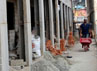 Seorang pekerja menyiapkan material untuk pembangunan kampung deret di Petogogan.