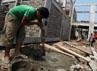 Para pekerja merampungkan pembangunan kampung deret di Petogogan.