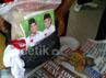 Paketan yang dibungkus tas kresek warna hitam itu berisikan beras 5 Kg dan ada gambar Ketua Pemuda Pancasila Jawa Timur La Nyalla. Serta ada kaos warna putih bergambar Prabowo-Hatta dan kertas jadwal imsyakiyah (salat dan imsak), yang dibagian pojoknya ada gambar capres nomor urut 1.