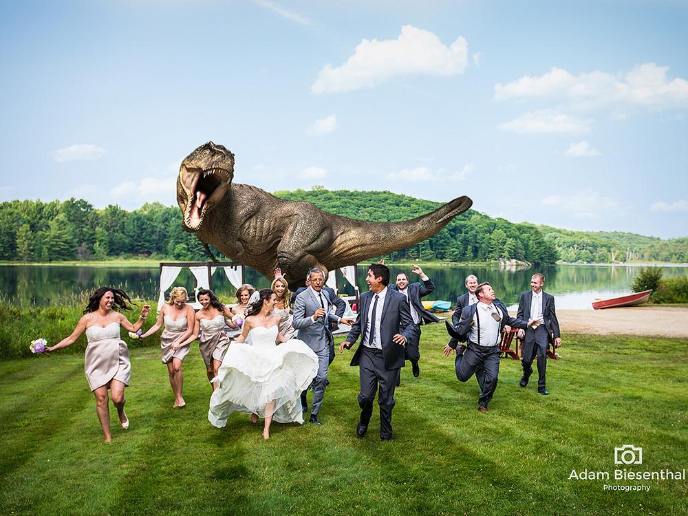 Foto Pernikahan Unik, Pengantin Dikejar Dinosaurus Saat Berpesta