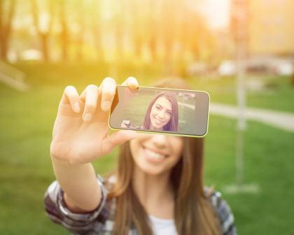 Survei: Wanita Habiskan 753 Jam Semasa Hidup untuk Edit Foto Selfie